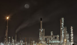 Petrochemische installatie in nacht Royalty-vrije Stock Afbeelding