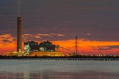 Petrochemische installatie in nacht met bezinning over de rivier Royalty-vrije Stock Foto's