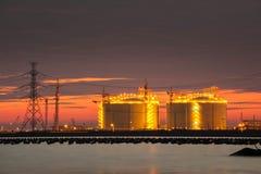 Petrochemische installatie in nacht met bezinning over de rivier Royalty-vrije Stock Fotografie