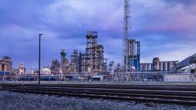 Petrochemische productie-installatie tegen een bewolkte blauwe hemel bij schemering, Haven van Antwerpen, België royalty-vrije stock fotografie