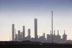 Petrochemische raffinaderijhorizon stock foto's