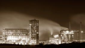 Petrochemisches Werk in der Nacht Einfarbige Fotografie Lizenzfreie Stockbilder