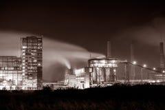 Petrochemisches Werk in der Nacht Einfarbige Fotografie Lizenzfreies Stockbild
