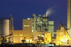 Petrochemisches Werk nachts lizenzfreie stockbilder