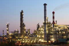 Petrochemisches Werk am twiligth Lizenzfreie Stockbilder
