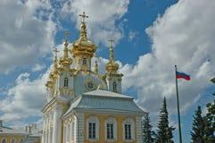 petrodvorets дворца церков грандиозные стоковое фото rf