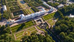 Petrodvoretspaleis in Peterhof-Park, een voorstad van St. Petersburg royalty-vrije stock foto