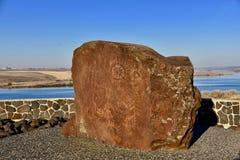 Petroglifi: Note a partire dal passato per il mese del nativo americano immagine stock libera da diritti