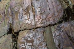 Petroglifi Pitture antiche della roccia nelle montagne di Altai Immagine Stock