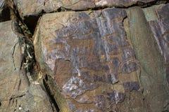 Petroglifi Pitture antiche della roccia nelle montagne di Altai Fotografie Stock