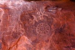 Petroglifi sulla roccia di Atlatl in valle del parco di stato del fuoco Fotografia Stock Libera da Diritti