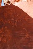 Petroglifi sulla roccia di Atlatl in valle del parco di stato del fuoco Immagine Stock