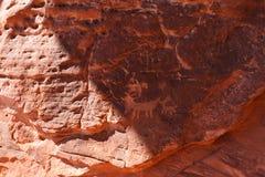 Petroglifi sulla roccia di Atlatl in valle del parco di stato del fuoco Immagini Stock Libere da Diritti