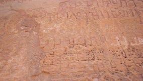 Petroglifos del ron del lecho de un río seco almacen de video