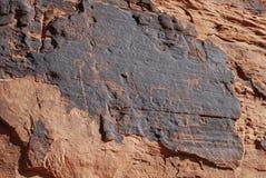 Petroglifos en la piedra arenisca roja en el valle del fuego Imagen de archivo libre de regalías