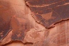 Petroglifos por debajo el ojo del cielo, valle del monumento Imágenes de archivo libres de regalías