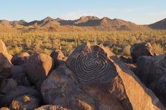 Petroglyph espiral no monte do sinal no parque nacional de Saguaro, o Arizona foto de stock