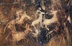 Petroglyphe mit Tieren auf dem Felsen Stockfoto