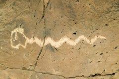 Petroglyphen des amerikanischen Ureinwohners, die ein Bild einer Schlange am Petroglyphe-Nationaldenkmal, außerhalb Albuquerques, Stockbild