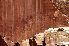 Petroglyphs σε έναν βράχο στο εθνικό πάρκο σκοπέλων Capitol στοκ φωτογραφία με δικαίωμα ελεύθερης χρήσης