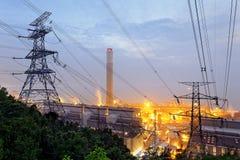Petrokemisk industrianläggning på natten Arkivbilder