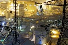 Petrokemisk industrianläggning på natten Royaltyfri Bild
