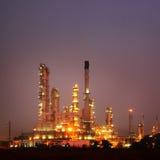 Petrokemisk oljeraffinaderiväxt på skymning Royaltyfria Bilder