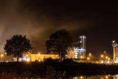 Petrokemisk raffinaderi på natten Tessenderlo Flanders, Belgien, Royaltyfri Fotografi