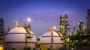 Petrokemisk växt för gaslagring på natten Arkivfoton