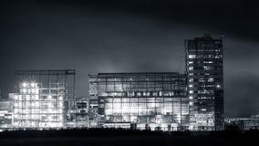 Petrokemisk växt i natt Monokrom fotografi Royaltyfria Bilder