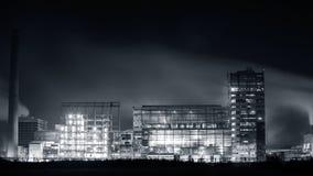 Petrokemisk växt i natt Monokrom fotografi Arkivfoto
