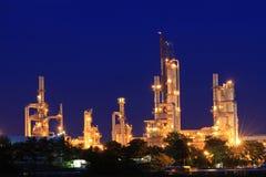 Petrokemisk växt i skymning Royaltyfri Bild