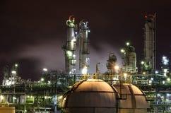 Petrokemisk växt på natten Arkivfoton