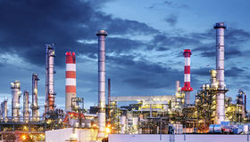 Petrokemisk växt på natten, industriellt fossila bränslen royaltyfri bild