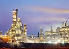 Petrokemisk växt på natten, industriellt fossila bränslen Royaltyfri Fotografi