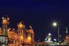 Petrokemisk växt i skymning Arkivbilder