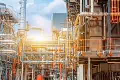 Petrokemiskt oljeraffinaderi, raffinaderifossila bränslenbransch, utrustningen av olje- förädling, närbild av rörledningar och pe Royaltyfri Bild