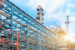 Petrokemiskt oljeraffinaderi, raffinaderifossila bränslenbransch, utrustningen av olje- förädling, närbild av rörledningar och pe Arkivbild