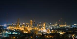 Petrokemiskt p? natten royaltyfri fotografi