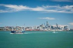 Petroleiro Awanuia de Seafuel com skyline da cidade de Auckland no fundo Fotos de Stock Royalty Free