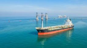 Petroleiro de óleo, petroleiro do gás no mar alto Navio de carga da indústria da refinaria, vista aérea, Tailândia, na exportação foto de stock