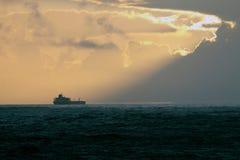 Petroleiro de petróleo no crepúsculo Foto de Stock Royalty Free