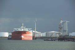 Petroleiro de petróleo no porto fotografia de stock royalty free