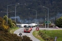 Petroleiro do caminhão de Scania, estrada principal no campo, NZ Fotografia de Stock Royalty Free