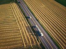 petroleiro do combustível do semi-caminhão de 18 veículos com rodas na opinião aérea da estrada fotos de stock royalty free