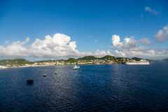 Petroleiro e navio de cruzeiros na água azul brilhante Fotos de Stock Royalty Free