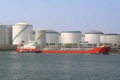 Petroleiro e silos de petróleo Fotografia de Stock