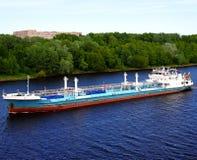 Petroleiro no rio imagens de stock