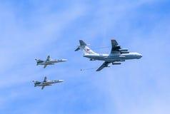 Petrolero aéreo Il-78 (Midas) y 2 Su-24 (cercador) Imagen de archivo libre de regalías
