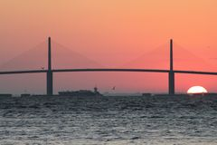 Petrolero bajo el puente de Skyway de la sol Foto de archivo